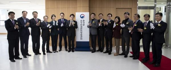 국가미세먼지정보센터 현판 개막을 조명래 장관이 축하하고 있다-사진.jpg