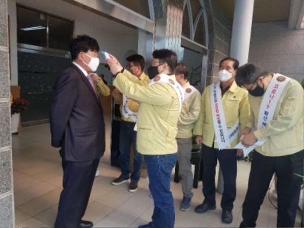 장성군은 지난 15일 관내 교회를 찾아 손 소독과 발열 체크, '사회적 거리두기 운동' 홍보를 실시했다 (2).jpeg