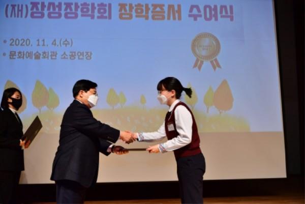 (재)장성장학회(이사장 유두석)가 지난 4일, 장성군 문화예술회관 소공연장에서 2020년 장학증서 수여식을 가졌다 (2).JPG