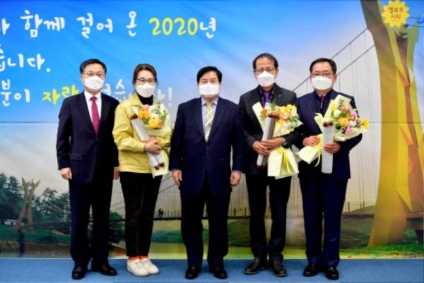장성군이 2021년 1월 1일자 서기관 및 사무관 승진자 3명에게 교지(敎旨) 형식으로 제작된 임용장을 수여해 눈길을 끌었다 (2).JPG