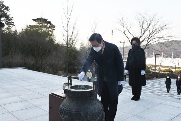 한정우 창녕군수 충혼탑참배 (1).jpg